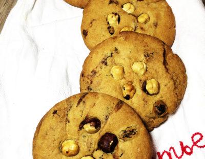 Кофейное печенье с изюмом и цельным фундуком