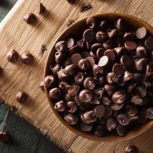 Темный шоколад с помощью блендера измельчить в крошку.