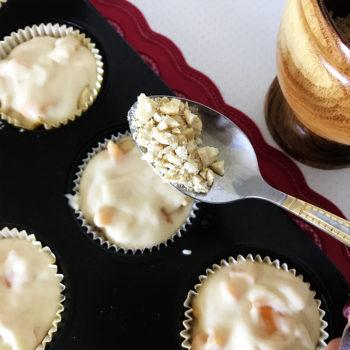 Каждый маффин с помощью чайной ложки посыпать ореховой крошкой.