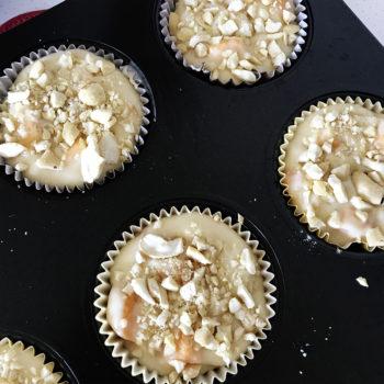 Форму с маффинами поставить в разогретую духовку на 20-25 минут запекаться до золотистой корочки