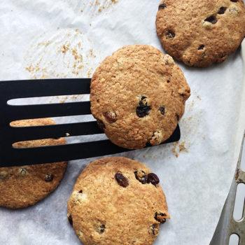 Печенье запечь до золотистого цвета в течение 15 минут в разогретой духовке.