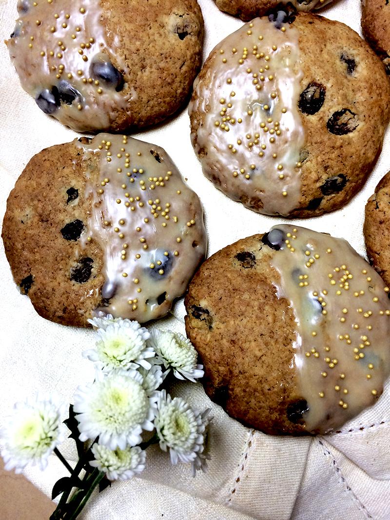 С помощью силиконовой кисточки одну половинку печенья покрыть шоколадом и сразу посыпать золотым песком.