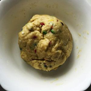Тесто скатать в шар и убрать на 20 минут в морозилку.