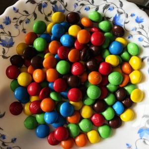 Сначала в один ряд выкладываем конфетыM&Ms.