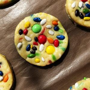 Противень с печеньем поставить в разогретую духовку на 20-23 минуты.
