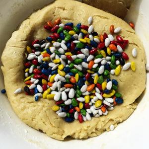 Когда тесто будет готово, вмешать 1 горсть цветных семечек.