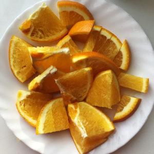 Апельсин вместе с кожурой измельчить с помощью миксера до состояния пюре.