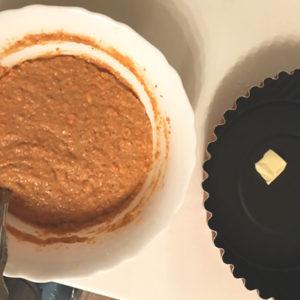 Форму с антипригарным покрытием смазать небольшим кусочком сливочного масла.
