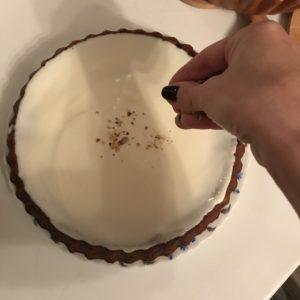 Поверх крема пирог щедро посыпать орехами, которые были оставлены на украшение, а затем шоколадной стружкой.