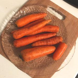 Свежую морковь очистить от кожицы, а затем отправить в миксер, чтобы получилось пюре.