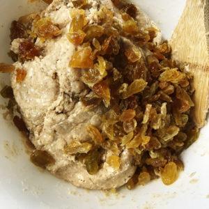 Когда тесто вымешано, а оно должно быть достаточно плотным, добавить изюм.