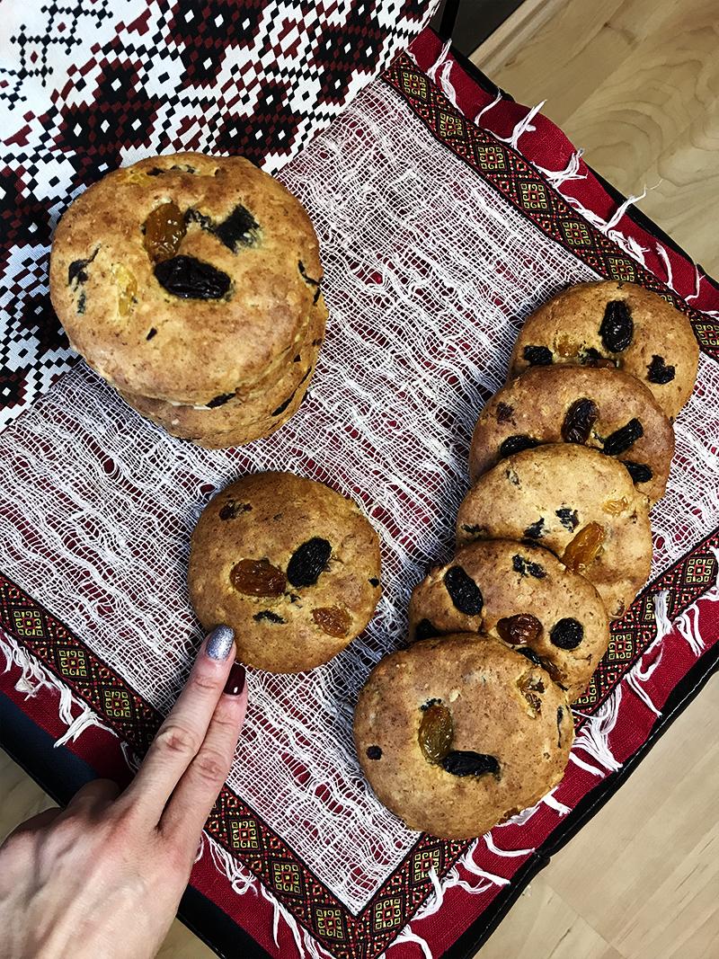 Готовое печенье снять с противня широкой лопаткой и остудить на решетке для остывания.
