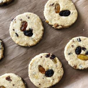 С помощью круглой формы вырезать печенье.