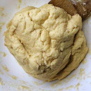 Готовое тесто обернуть пленкой и отправить в морозилку на 20-30 минут.