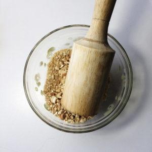 Украшать печенье мы будем и молотыми, и цельными орехами.