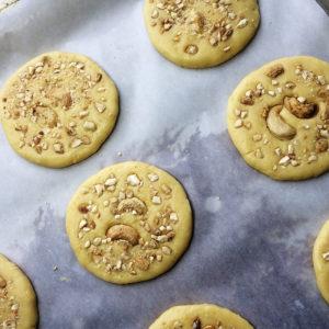 Орешки чуть вдавить в тесто, чтобы они зафиксировались и не выпали во время готовки.