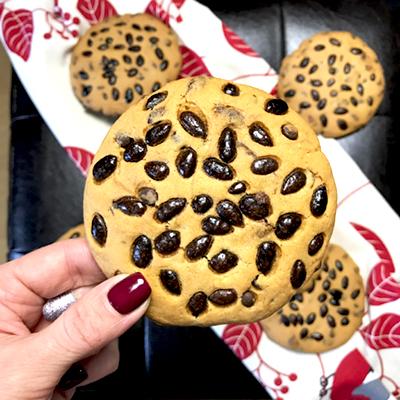 Противень с печеньем поставить в разогретую духовку на 13-15 минут запекаться до золотистой корочки.