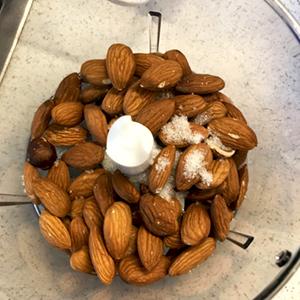 Если нет миндальной муки, миндальные орехи измельчить в миксере до состояния муки.