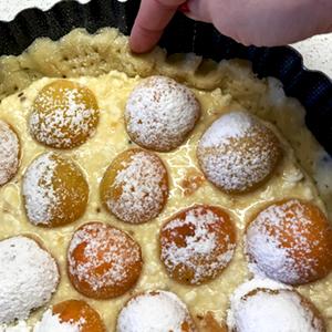 Чтобы пирог был красивым и ровным, пальцами подгоняем бортики до уровня начинки.