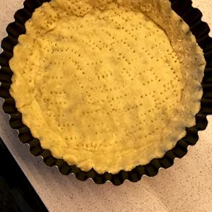 В форму с антипригарным покрытием понемногу выкладываем тесто.