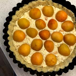 Верх выкладываем половинками абрикосов, которые мы подготовили заранее.