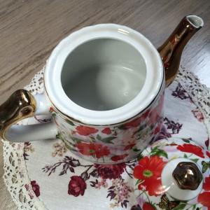 Взять чайник для заваривания чая.