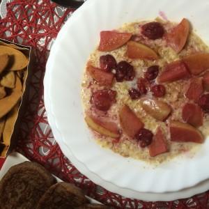 Полезная каша с яблоком, вишней и медом