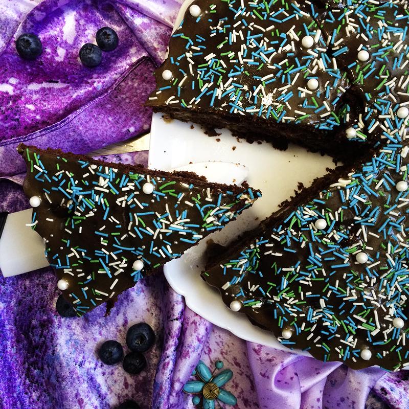 Шоколадный торт с карамелью и персиками