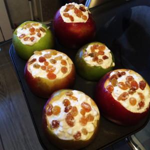 Яблоки с рикоттой и изюмом 1